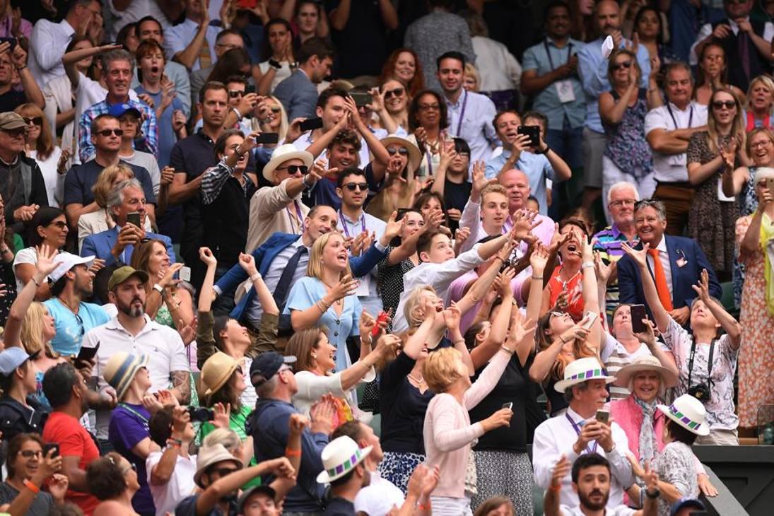 Caccia al gadget: il pubblico di Wimbledon si batte per un polsino lanciato dai giocatori. Getty Images